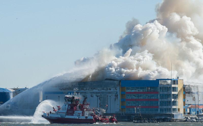 خاموش کردن حریق توسط کشتی آتش نشانی